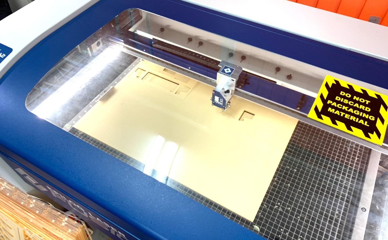 レーザー加工機でアクリル板をカット